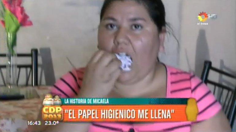 """Mujer come papel higienico """"para no engordar"""""""