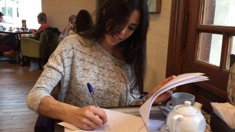 Maypi Delgado firma contrato con Artaza y Cherutti