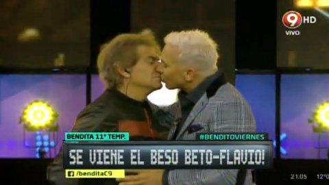 El beso entre Beto Casella y Flavio Mendoza
